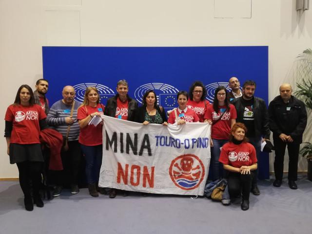 Plataforma contra la mina de Touro en la Eurocámara con la eurodiputada Ana Miranda