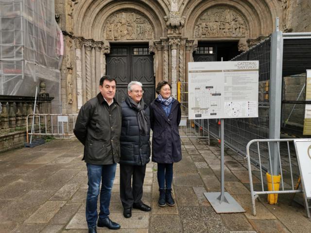 El conselleiro de Cultura e Turismo, Román Rodríguez, el director de la Fundación Catedral, Daniel Lorenzo, y la directora xeral de Patrimonio Cultural, María del Carmen Martínez Insua, visitan la Catedral de Santiago.