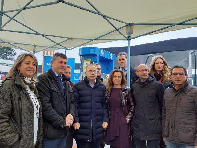 El alcalde de Santiago, Xosé Sánchez Bugallo, el delegado de la Xunta en A Coruña, Ovidio Rodeiro, y el delegado de Naturgy en Zona Norte-Portugal, José Antonio Sánchez Loureda, inauguran una estación de carga de gas natural.