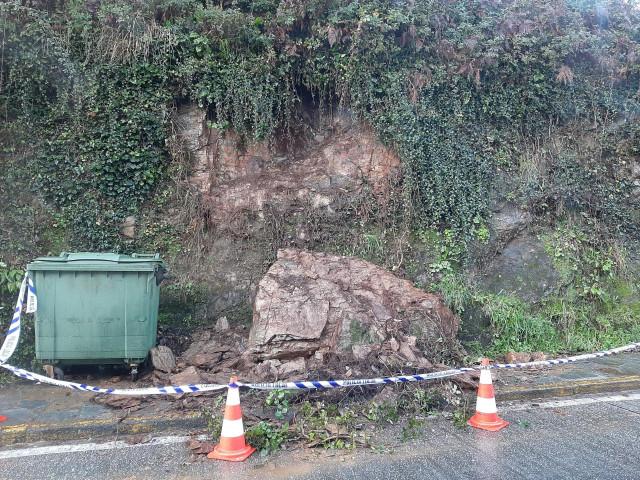 Roca desprendida sobre una acera de Santiago de Compostela en un lateral de la Alameda compostelana.