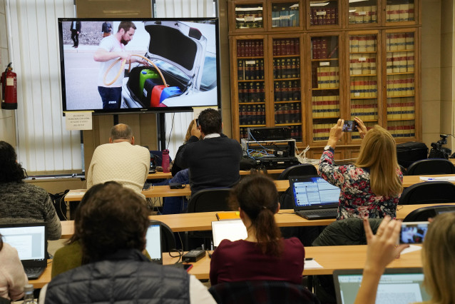 Vista general de la sesión final del juicio por el crimen de Diana Quer donde hay una pantalla con imágenes del presunto asesino de Diana, José Enrique Abuín Gey, alias `el Chicle´, en Santiago de Compostela/Galicia (España), a 22 de noviembre de 2019.
