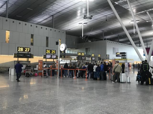 Cola de facturación en el Aeropuerto de Santiago. Lavacolla. Turismo. Pasajeros en aeropuertos.