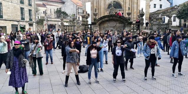 Colectivos feministas de Pontevedra se suman a la performance 'Un violador en tu camino'