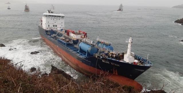 Trabajos para desencallar el buque 'Blue Star' en la costa de Ares.
