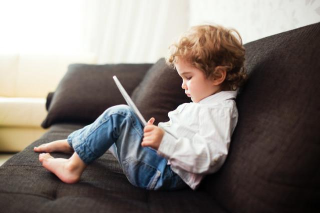 Niño con tablet, ordenador, app, web