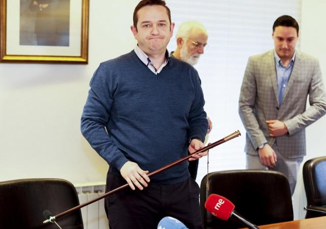 Juan Domingo de Deus (PP), nuevo alcalde de Mugardos posa con su bastón tras salir adelante la moción de censura presentada por PP y PSOE