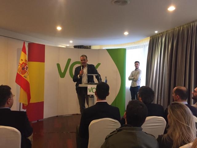 El secretario general de Vox, Javier Ortega Smith, en un acto con seguidores en Ferrol
