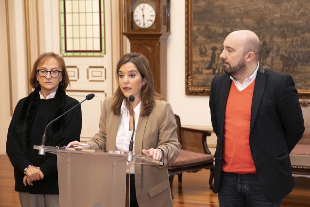 La alcaldesa, Inés Rey, y los concejales Esther Fontán y José Manuel Lage, en rueda de prensa sobre la planta de Nostián