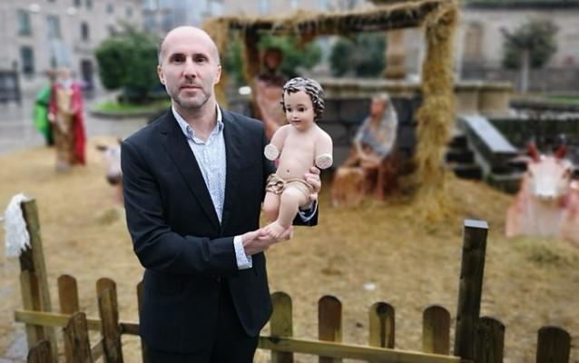 El alcalde de Ourense, Gonzalo Pérez Jácome, posa con la figura del Niño Jesús recuperada en una imagen colgada por Democracia Ourensana en su perfil de Twitter
