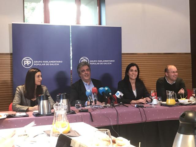 El portavoz parlamentario del PPdeG, Pedro Puy, acompañado por los viceportavoces en el desayuno informativo del Grupo Parlamentario Popular