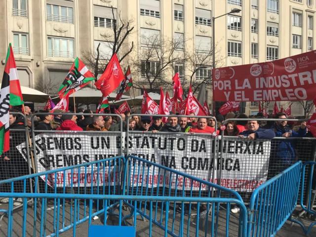 Participantes en la manifestación por la industria electrointensiva