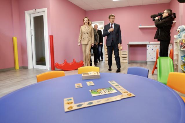 El presidente de la Xunta, Alberto Núñez Feijóo, acompañado por la conselleira de Política Social, Fabiola García, visita la escuela infantil A Tomada, en A Pobra (A Coruña)