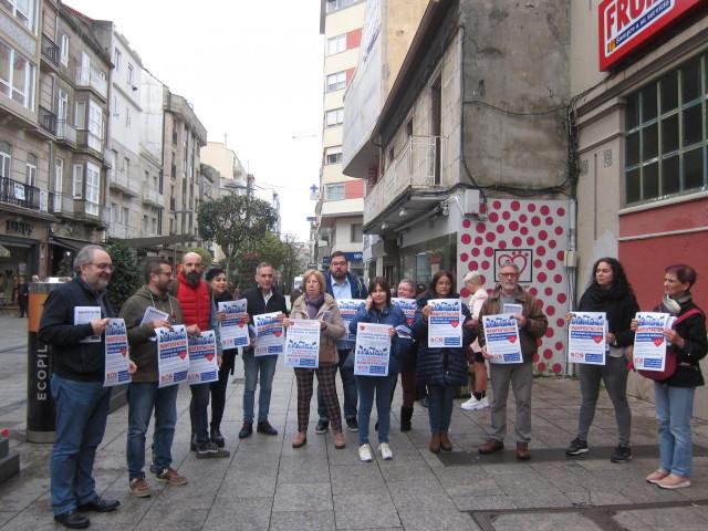 Integrantes de la plataforma SOS Sanidade Pública en el área de Vigo posan tras repartir folletos informativos sobre la manifestación convocada para este domingo en Santiago