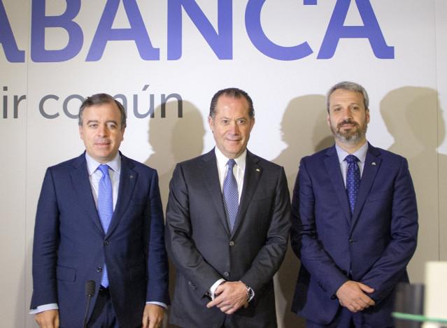 El consejero delegado de Abanca, Francisco Botas; el presidente de Abanca, Juan Carlos Escotet; y el director general financiero, Alberto de Francisco, en la presentación de resultados de 2019
