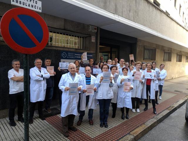 Presonal de un centro de salud de A Coruña se concentra para reivindicar mejoras en Atención Primaria.