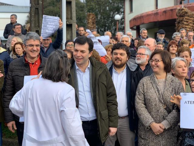 El secretario xeral del PSdeG, Gonzalo Caballero, participa en una protesta en defensa de la sanidad en A Guarda (Pontevedra)