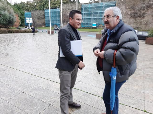 El presidente de la plataforma Galicia Baleira, Jesús Vázquez, con el conselleiro de Medio Rural, José González, en Lugo.