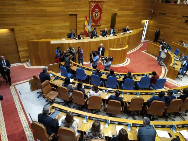 El presidente gallego, Alberto Núñez Feijóo, a su llegada al hemiciclo en el arranque del Debate sobre el Estado de la Autonomía