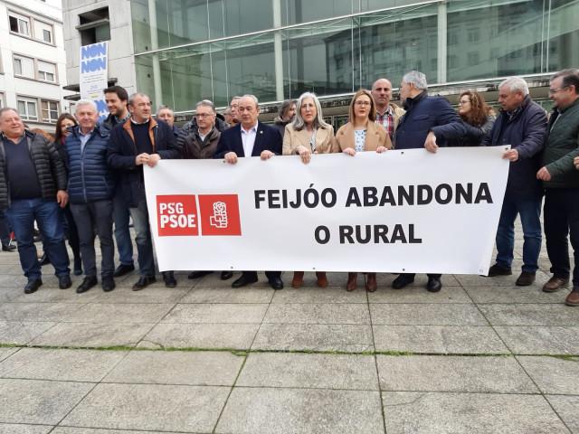 Protesta de alcaldes socialistas en Lugo para denunciar el abandono del rural.