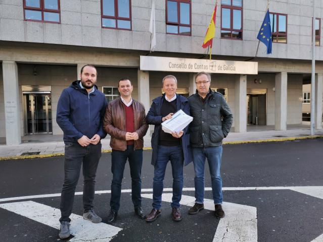 El secretario provincial del PSOE de Ourense, Rafa Villarino, entrega al Consello de Contas mil folios con documentación sobre contratos