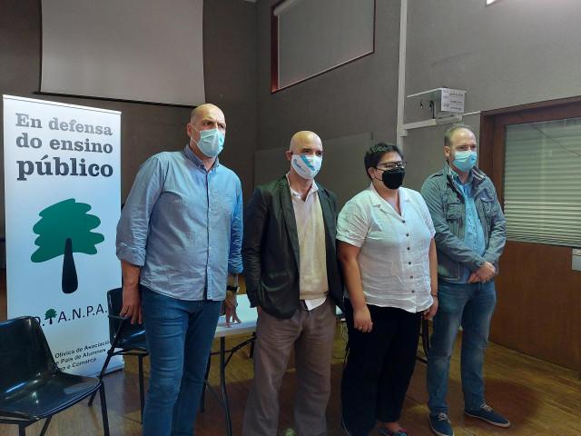La presidenta de la Federación Olívica de Anpas, Iria Salvande, junto a otros directivos de la entidad, y el presidente del Anpa del CEIP Alfonso D.R.Castelao de Navia.