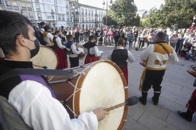 Un grupo de baile tradicional actúa frente al Concello de Lugo, en el Domingo das Mozas, uno de los días grandes de las Fiestas de San Froilán